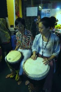哈哈哈小姐現場學打非洲鼓