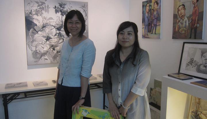 左起﹕「豐子愷兒童圖畫書獎」的顧問霍玉英博士與來自西安,身兼兒童圖畫書插畫家、編緝與策劃的黃麗。
