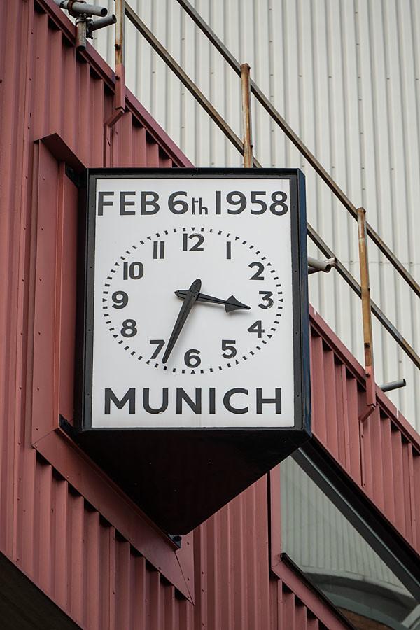 曼聯主場奧脫福球場外牆上的大鐘,提醒著空難的日子。