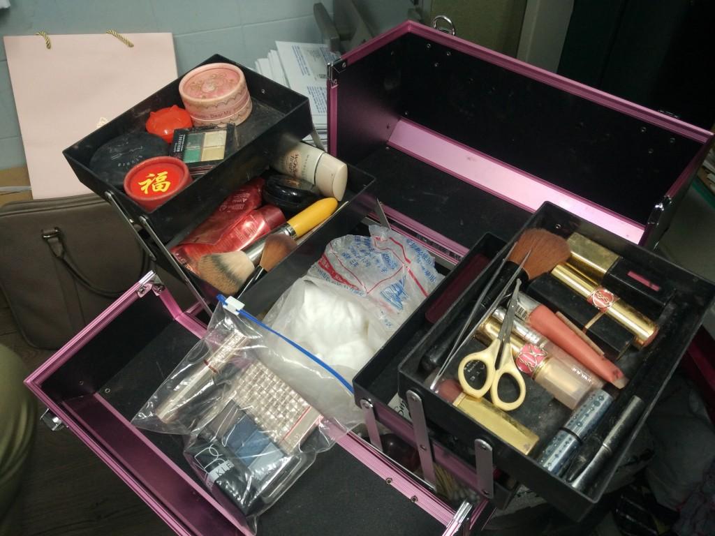 Wendy 的工具箱,開箱前她告誡道,可能會有強烈屍味湧出來,因為箱內所有工具都同屍體有頻密接觸。